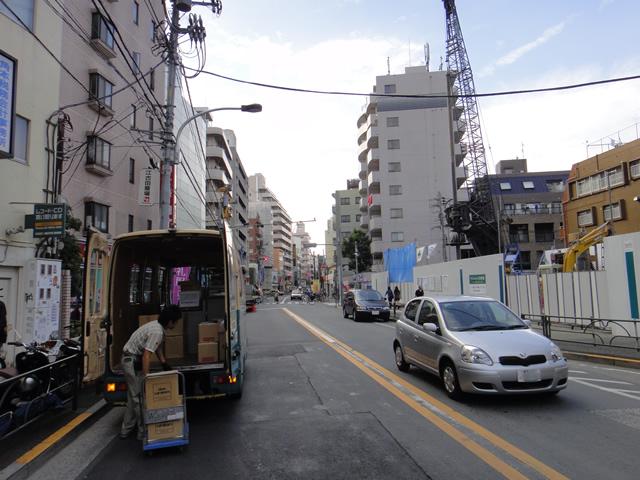 千川通り ガソリンスタンドの跡地にマンション建設中